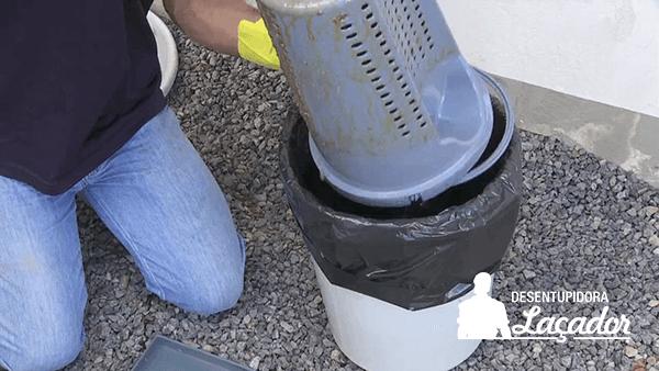 Limpeza de caixa de gordura garante o bom funcionamento da rede