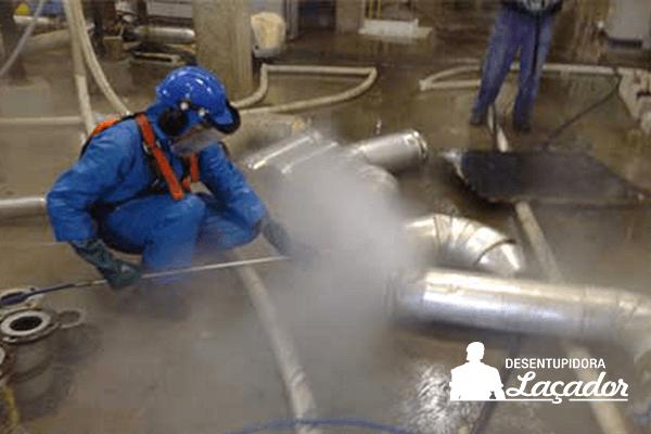 Hidrojato resolve problemas com entupimento de cano de esgoto